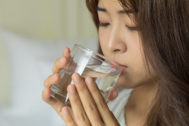 Young beautiful asian women drinking fresh glass of water. healthcare concept. Premium Photo